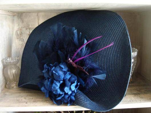 base azul con flor y plumas