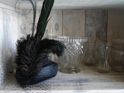 casquete buntal negro con plumas y rejilla