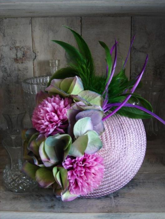 casquete disco con flores y plumas