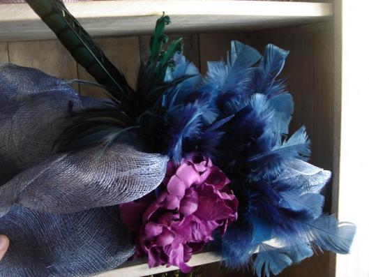 pamela azul con flor y plumas